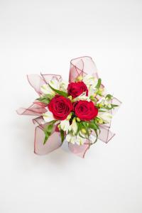Tri červené růže a alstromerie