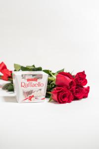 Červené růže a raffaello
